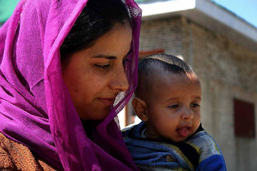 या राज्यातील महिलांची आर्थिक स्थितीही देशातील इतर राज्यांमधील महिलांपेक्षा जास्त चांगली आहे. जम्मू- काश्मीरमध्ये 60.3 टक्के महिलांकडे स्वतःचं सेविंग अकाउंट आहे. तर देशाचा सरासरी दर 53 टक्के आहे. मोबाइल वापरण्यातही जम्मू- काश्मीरच्या महिला पुढे आहेत. इथल्या 54.2 टक्के महिलांकडे स्वतःचा मोबाइल आहे. तर भारताचा सरासरी दर 45.9 टक्के आहे.