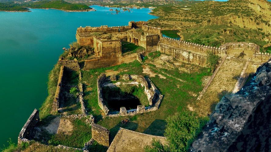 हा रामकोट नावाचा किल्ला पाकिस्तान व्याप्त काश्मीरमध्ये येतो. मिरपूरपासून 80 किमीवरचा हा प्राचीन रामकोट झेलम नदीच्या किनारी आहे.