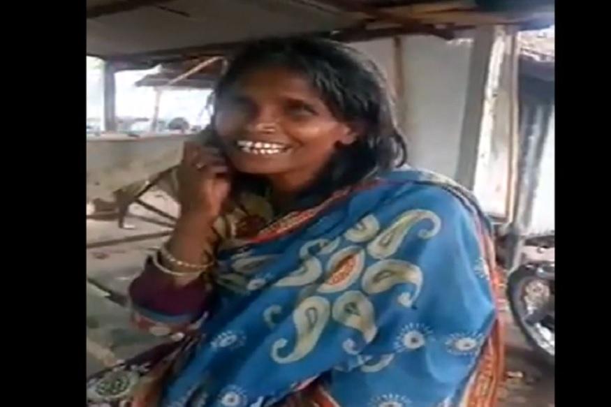 पश्चिम बंगालच्या राणाघाट रेल्वे स्टेशनवर एक महिला लतादीदींचं 'एक प्यार का नगमा है' गात होती.