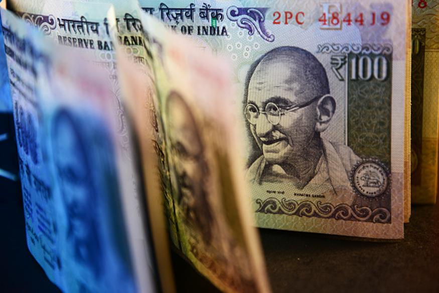 असं म्हटलं जातं की, पितळेचं पान पर्समध्ये ठेवलं तर पैशांचा ओघ सुरूच राहतो. याशिवाय श्रीयंत्रही ठेवता येऊ शकतं.