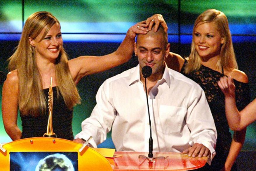 इंटरनॅशनल इंडियन फिल्म अकॅडमी अवॉर्डमध्ये सलमान खान आणि ऑस्ट्रेलियन पॉप ग्रुपच्या मेंबर Bardot Belinda Chapple आणि Sophie Monk यांच्यासोबत...