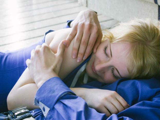 कपडे घालून झोपणे -सेक्सनंतर भरपूर घाम येतं आणि कपडे घातल्याने इन्फेक्शनचा धोका वाढतो. त्यामुळे शक्यतोकपड्यांविना झोपणं योग्य आहे. कपडे घालूनच झोपायचं असेल, तर सैलसर कपडे घाला.
