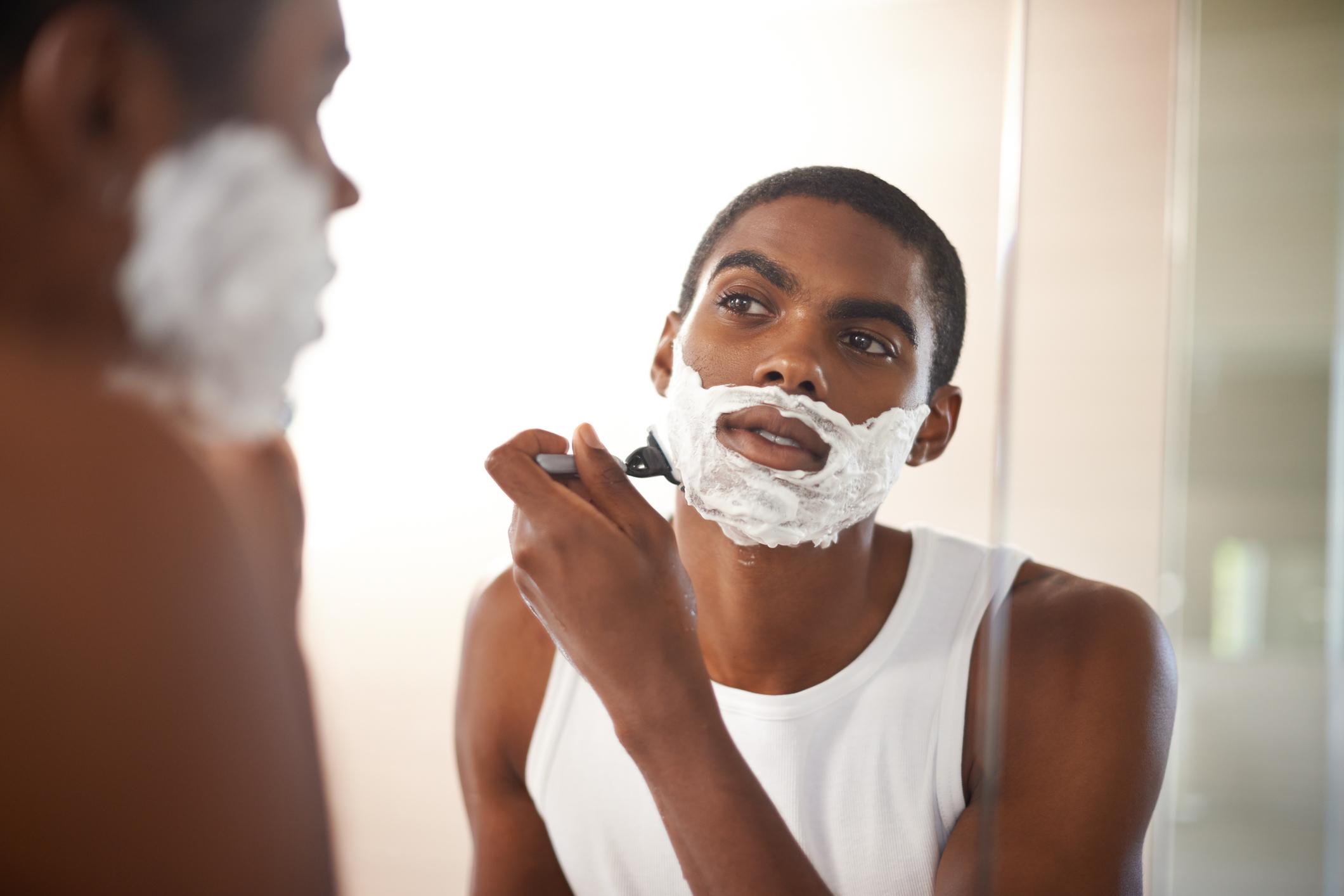 अनेकांना वाटतं की, जोवर ब्लेडला धार आहे तोवर दाढी करण्यासाठी त्या ब्लेडचा वापर करता येऊ शकतो, पण असं नसतं. ठराविक काळानंतर ब्लेड बदलण्याची गरज आहे. जर ब्लेड बदललं नाही तर त्वचेचं नुकसान होतं. जुन्या बेल्डवर किटाणू जमा होतात जे तुमच्या त्वचेला इजा पोहोचवू शकतात.