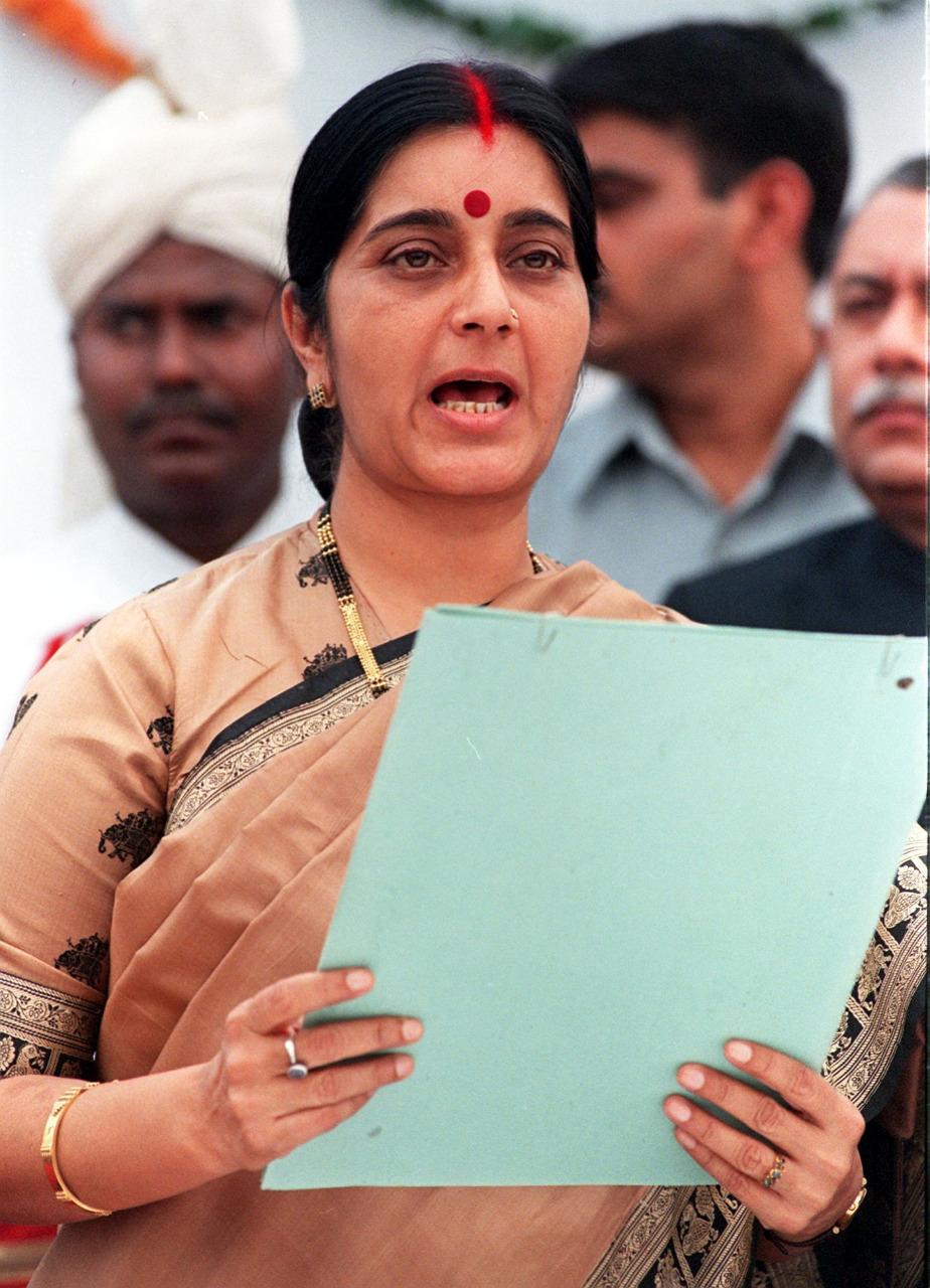 8 मे 1998 ला माहिती व प्रसारण मंत्री झाल्यानंतर दिल्लीतल्या एका सार्वजनिक कार्यक्रमातला सुषमा स्वराज यांचा फोटो.