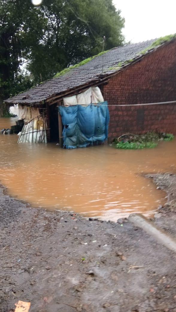 मुसळधार पाऊस आणि नंतर आलेल्या पुरामुळे गेल्या अनेक दिवसांपासून असंख्य नागरिक घरामध्ये अडकून राहिले आहेत.