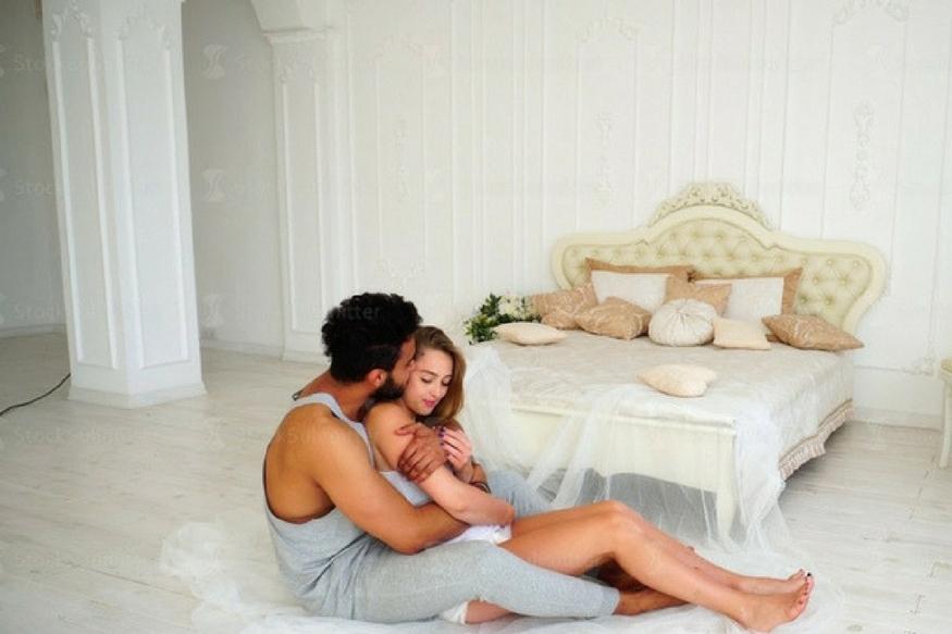 घरात नवीन पाहुणा आल्याने जबाबदाऱ्या वाढतात. ज्यामुळे पती- पत्नीला एकमेकांसाठी पुरेसा वेळ मिळत नाही. मात्र नुकत्याच झालेल्या एका संशोधनात हे सिद्ध धालं आहे की, मुलं झाल्यानं सेक्स लाइफ अधिक चांगलं होतं.