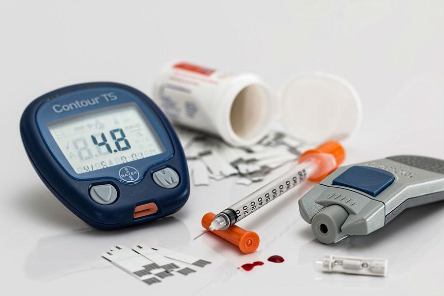 शरीरात ग्लुकोजच्या प्रमाणावर नियंत्रण ठेवण्यासाठी इन्सुलिन संप्रेरक पेशींच्या वाढीस उत्तेजन देते. यामुळे कर्करोगाचा धोका वाढतो. याशिवाय, टाइप २ मधुमेह असलेले हे बहुतांशी लठ्ठ असतात. त्यांचे अतिरिक्त फॅट टिश्यू हे सुदृढ लोकांच्या तुलनेत जास्त प्रमाणात एडिपोकाइनतयार करतात.