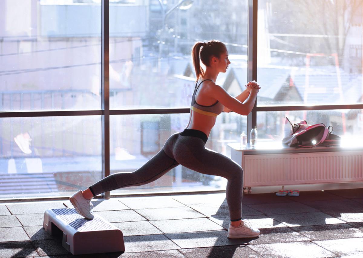 घरात असताना आपली शारीरिक हालचाल होत नाही. त्यामुळे किमान 30 मिनिटं तरी व्यायाम करायला हवा. यामुळे हाडंही निरोगी राहतील आणि शारीरिक वेदना बळावणार नाहीत.
