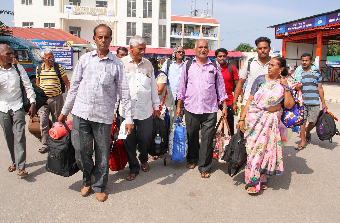अमरनाथ यात्रा रद्द करण्यात आल्यानंतर यात्रेकरूंनी काश्मीरमधून परतीचा मार्ग धरला.