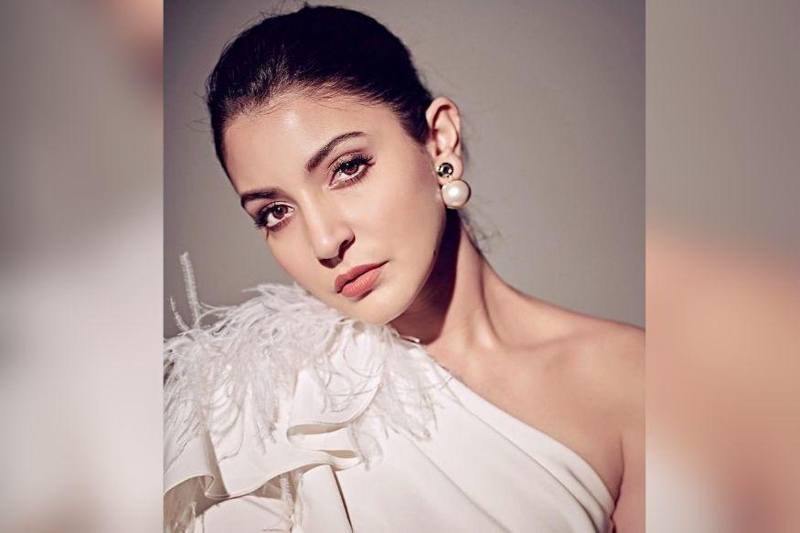 अभिनेत्री अनुष्का शर्मा मागच्या बऱ्याच काळापासून बॉलिवूड पासून दूर आहे. मात्र ती सोशल मीडियावर सक्रिय आहे. ती नेहमीच ती सोशल मीडियावर तिचे फोटो शेअर करत असते.
