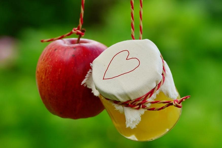 सफरचंदाचं व्हिनेगर त्वचेच्या पीएच लेवला नियंत्रीत ठेवतं. कापसावर सफरचंदाचं व्हिनेगर घ्या आणि ते काखेत लावा. पाच मिनिटांनंतर कापूस काढा. आठवड्याभरासाठी रोज सकाळ आणि संध्याकाळी हा उपाय करा. यामुळे घामाची दुर्गंधी कमी होईल.