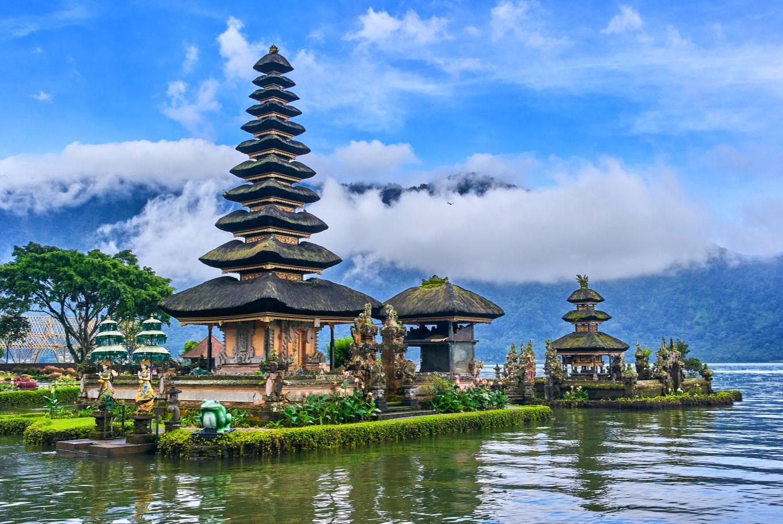 बाली- इंडोनेशियातील बाली हे बेट अतिशय सुंदर आहे. जगभरातून लोक या ठिकाणी फिरायला येतात. तुम्ही इथे आध्यात्मासोबत मजा- मस्तीही करू शकता. इथल्या रेस्तराँमध्ये तुम्ही खाण्याचा आनंद घेऊ शकता. अनेकांना वाटतं की बाली हे फक्त हनीमुन डेस्टिनेशन आहे. पण असं काही नाही. तुम्ही इथे एकटेही फिरू शकता.