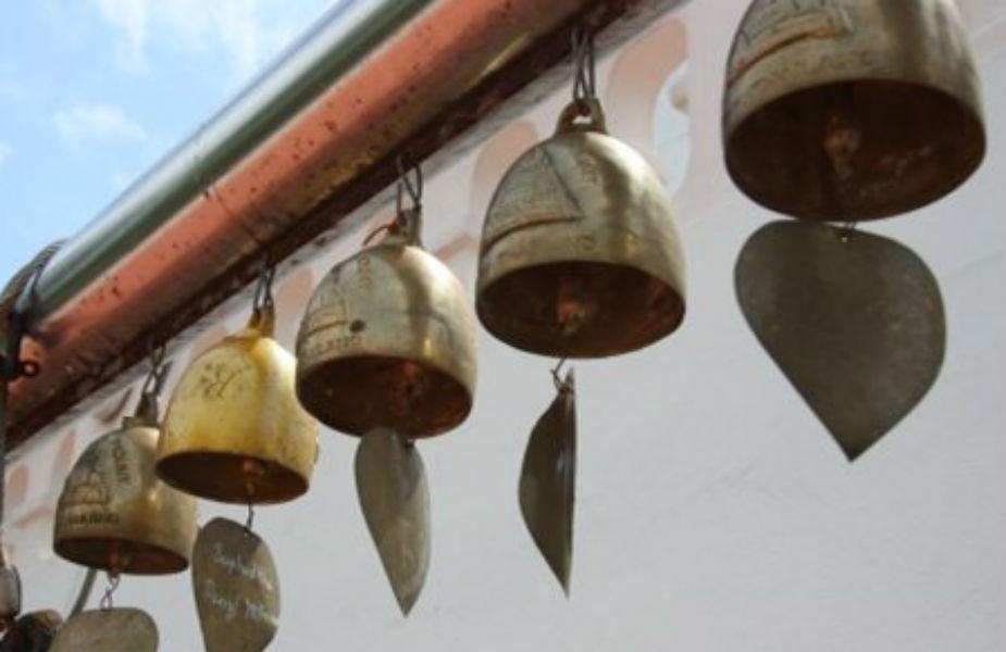 फेंगशुईमध्ये घंटीलाही फार शुभ मानलं जातं. घरातलं वातावरण आनंदी ठेवण्यासाठी मुख्य दरवाजापाशी किंवा खिडकीपाशी छोट्या- छोट्या घंटी टांगाव्या. हवेमुळे या घंटी वाजतात आणि घरात सकारात्मक उर्जा तयार होते.