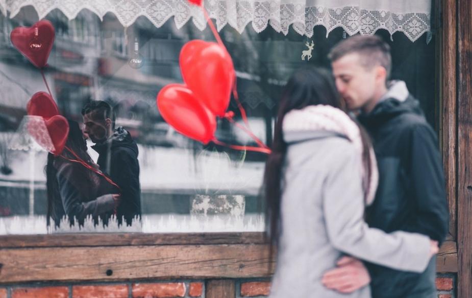 फ्लाइंग किस करणं- हे किस अनेकदा शुभेच्छा देण्यासाठी किंवा गुड- बाय म्हणताना दिलं जातं. फ्लाइंग किसही नात्यांना मजबूत करण्यासाठी मदतशीर असतात.