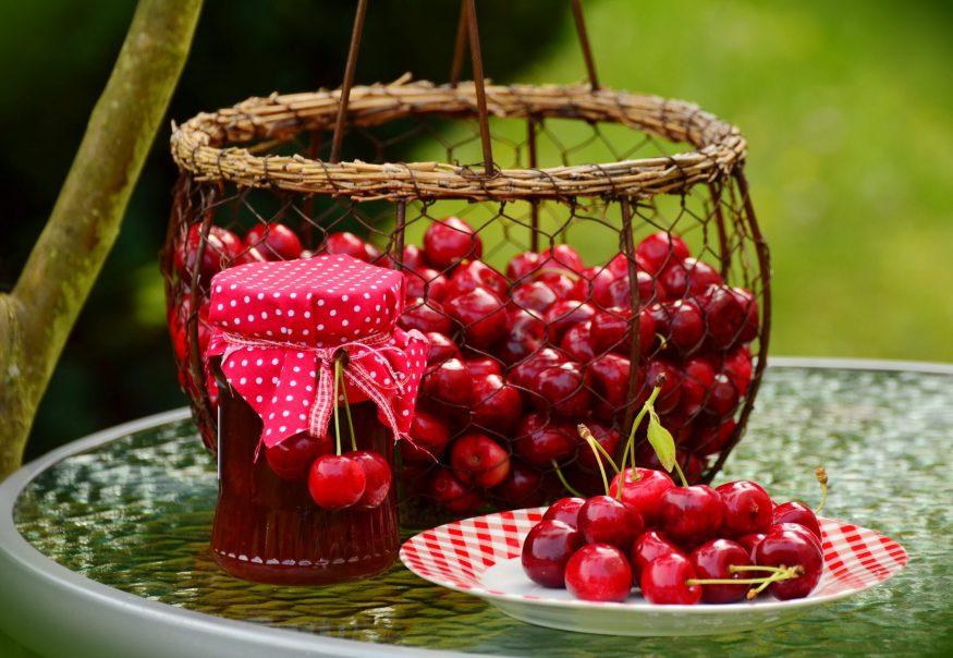 100 ग्रॅम चेरीमध्ये 50 कॅलरी असतात. अँटी- ऑक्सिडंटसाठी हे उत्तम फळ आहे. यामुळे वजन कमी होतं आणि चवीलाही चांगलं असतं. हे फळ प्रत्येक वयात खाल्लं तरी उत्तम. चेरी खाल्ल्यामुळे त्वचा चांगली होते.