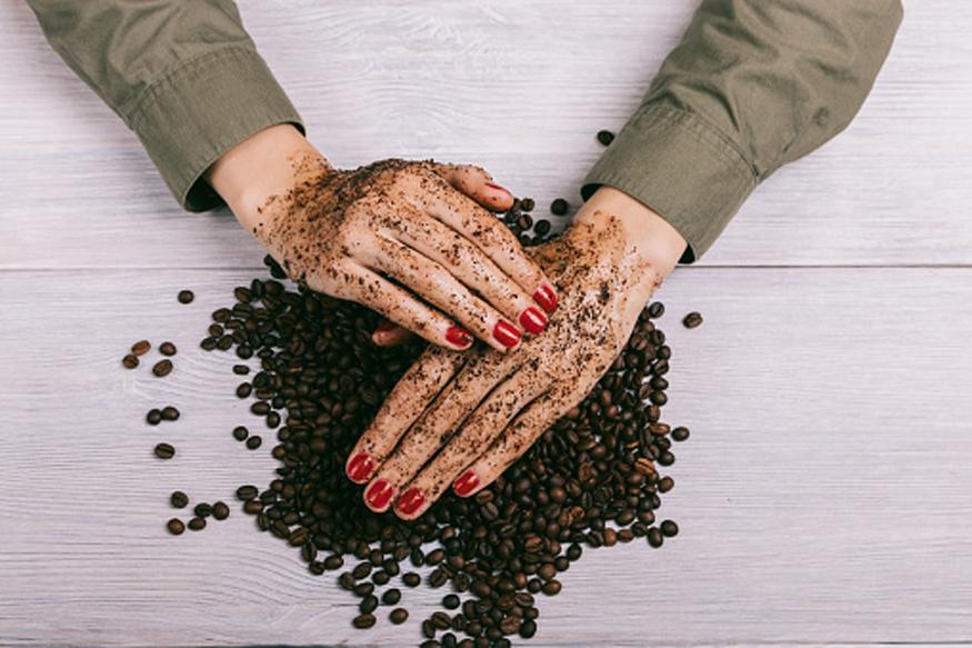 कॉफी स्क्रब- कॉफीच्या बिया वाटून घ्या आणि त्यात दूध मिसळा. हे मिश्रण काही वेळ ओठांना लावून ठेवा, त्यानंतर मसाज करून कोमट पाण्याने ओठ धुवा. यामुळे ओठ गुलाबी होण्यास मदत मिळते.