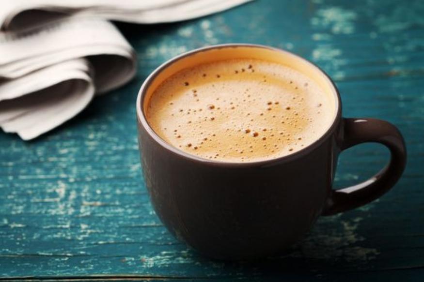 सकाळी उठल्यावर एक कप चहा किंवा कॉफी अनेकजण पितात. यामुळे त्यांना फ्रेशही वाटतं. दिवसातून अनेकदा चहा- कॉफी पिणारेही खूप आहेत. पण अचानक कॉफी पिणं बंद केलं तर शरीर कसं रिअॅक्ट करतं हे जाणून घेऊ.