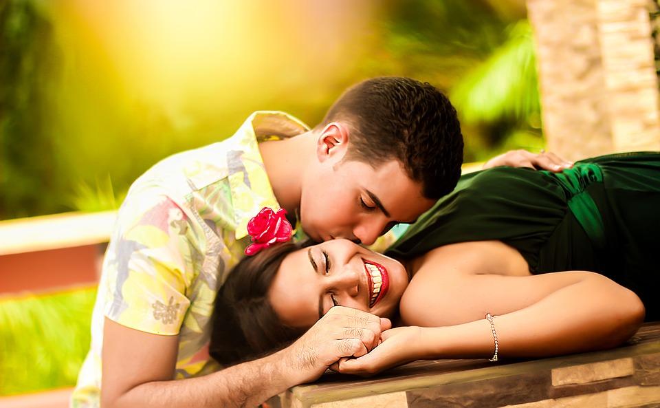 प्रेम व्यक्त करण्याची प्रत्येकाची एक वेगळी पद्धत असते. काहीजण फक्त चुंबनाच्या माध्यमातून त्यांच्या मनातील भावना व्यक्त करतात.