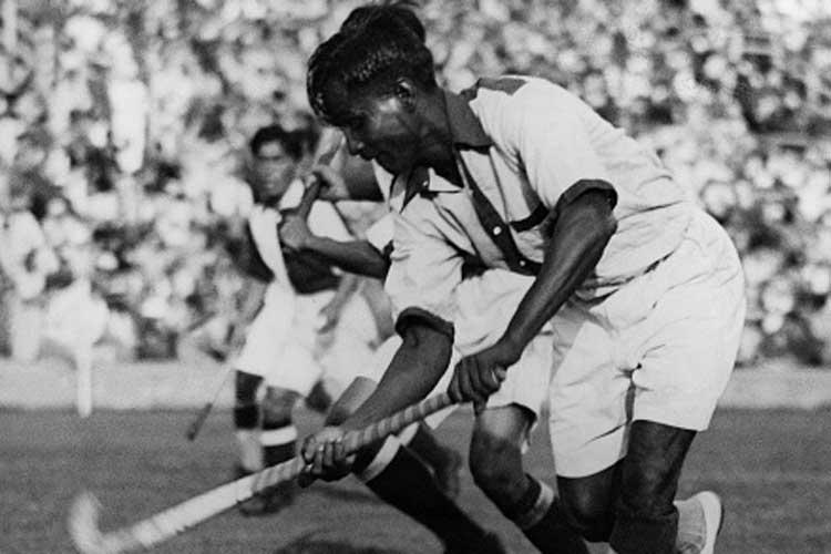 वयाच्या 16 व्या वर्षी ते भारतीय सैन्यात भरती झाले. तेव्हापासूनच ते हॉकी खेळात रममाण झाले. त्यांना रात्रीचा सराव करायला आवडायचा म्हणून 'चांद' हे त्यांना टोपणनाव पडलं. 1956 मध्ये त्यांना मेजर ही पदवी देण्यात आली.