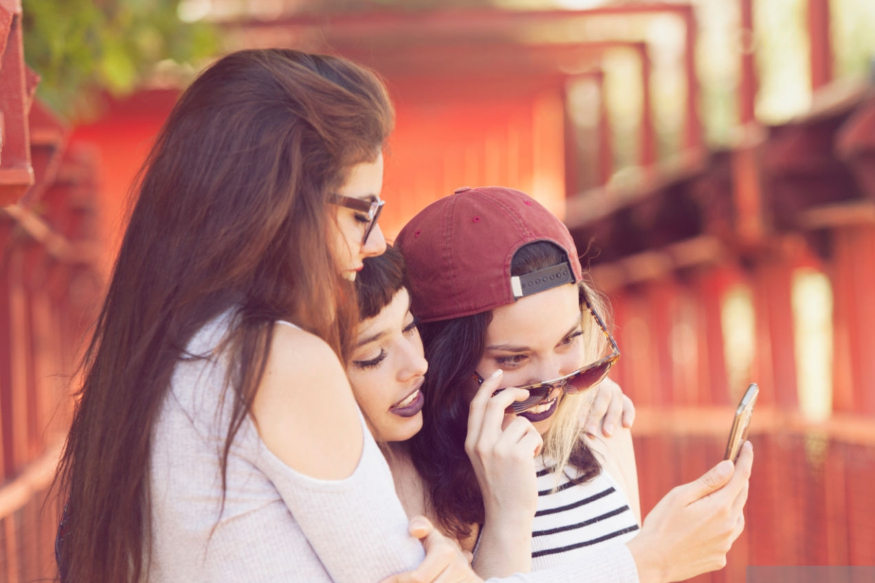 नेहमीच दुःखी राहाणारा मित्र- काही मित्रांचे मूड हे नेहमीच ऑफ असतात. दिवस कोणताही असो ते कधीच आनंदी दिसत नाहीत.