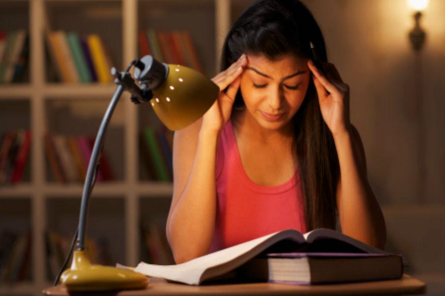 डोकेदुखी असेल आणि ही सामान्य डोकेदुखी असेल याची तुम्हाला खात्री असेल तर हातांच्या बोटांच्या वरच्या भागांला मसाज करा. यामुळे दुखणं कमी होईल. मात्र डोकेदुखी वारंवार होत असेल तर घरगुती उपायांपेक्षा डॉक्टरांकडे जाणं कधीही चांगलं.
