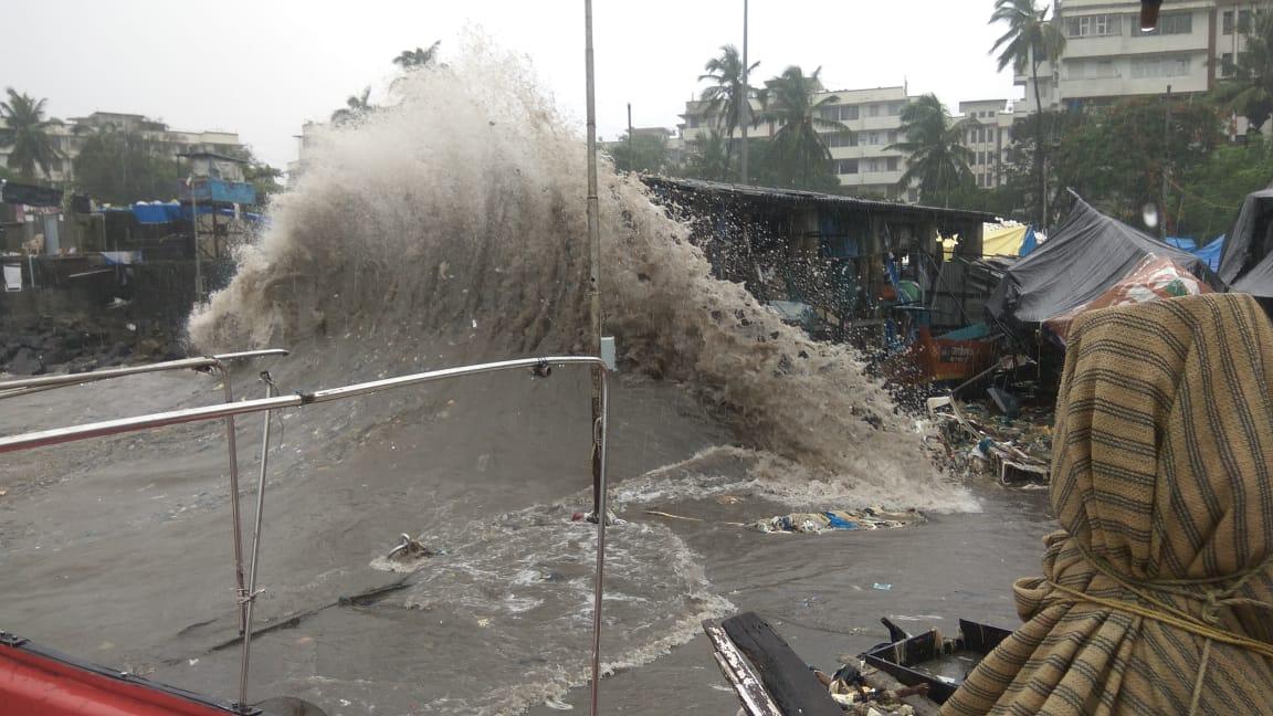 मुंबईत मुसळधार पाऊस आणि भरतीमुळे समुद्राच्या लाटा उंच उंच उसळल्या.
