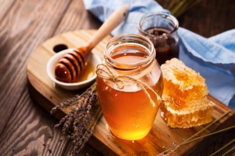 मध आणि साखर- एक चमचा साखरमध्ये मधाचे काही थेंब घालावे. या मिश्रणाने दोन मिनिटं ओठांचा मसाज करावा. यानंतर कोमट पाण्याने ओठ धुवावे. यानंतर ओठांवर पेट्रोलियम जेली लावायला विसरू नका.