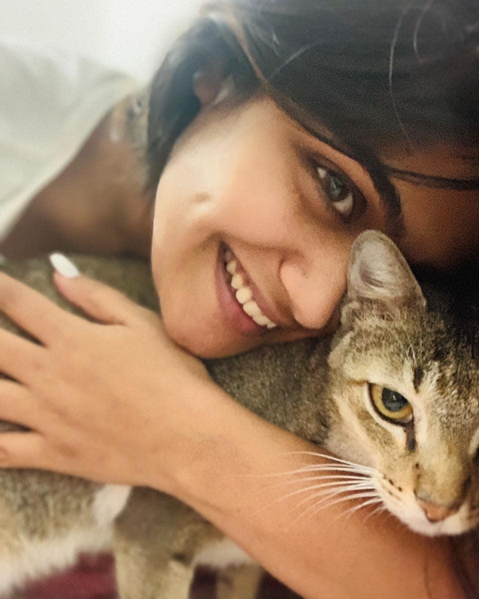 ईशा केसकर ही सध्या चर्चेत असलेली मराठी अभिनेत्री. तिचंही मांजप्रेम सर्वश्रुत आहे.