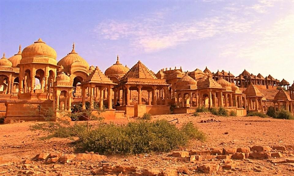 जेव्हा लो- बजेटबद्दल बोललं जातं तेव्हा राजस्थानला विसरून कसं चालेल. इथे जयपुरला फिरण्यासारख्या अनेक जागा आहेत. तसेच कमी बजेटमध्ये राजस्थानमध्ये खाण्याचा पुरेपूर आनंद घेऊ शकता.