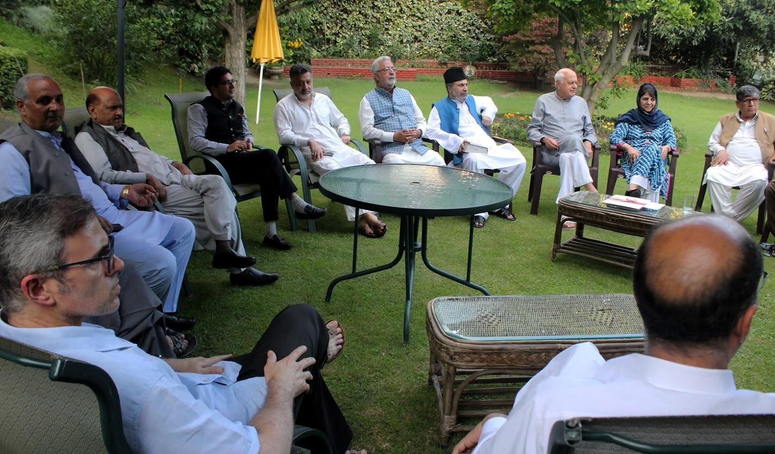 नॅशनल कॉन्फरन्सचे नेते फारुक अब्दुल्ला, ओमर अब्दुल्ला, पीडीपीच्या नेत्या मेहबुबा मुफ्ती यांच्यासह सर्वपक्षीय नेत्यांनी बैठक घेतली.