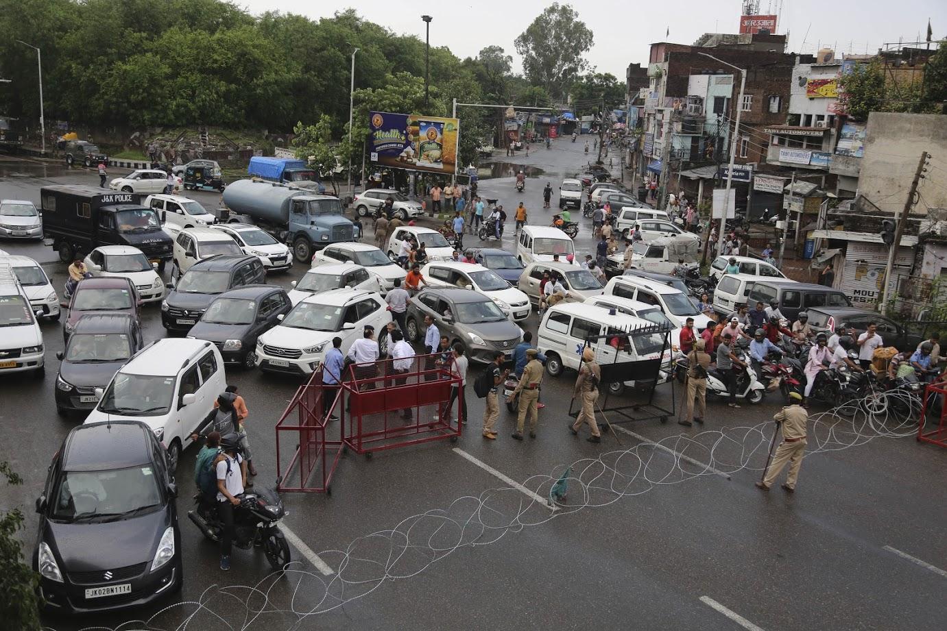 जम्मूमध्ये कर्फ्यू लावण्यात आल्याने वाहनं अडवून धरण्यात आली होती.