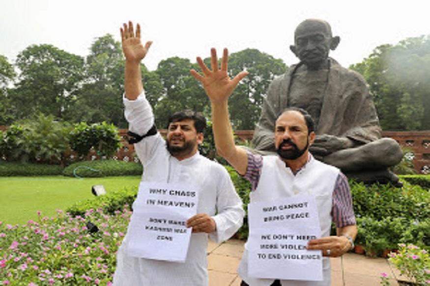 विरोधी खासदारांनी संसदेबाहेर गांधीजींच्या पुतळ्याजवळ उभं राहून निषेध नोंदवला.