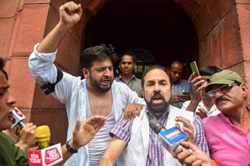 काश्मीरमधलं कलम 370 हटवल्याच्या विरोधात पीडीपीचे खासदार फवाज अहमद यांनी कपडे फाडून संसदेबाहेर निदर्शनं केली.