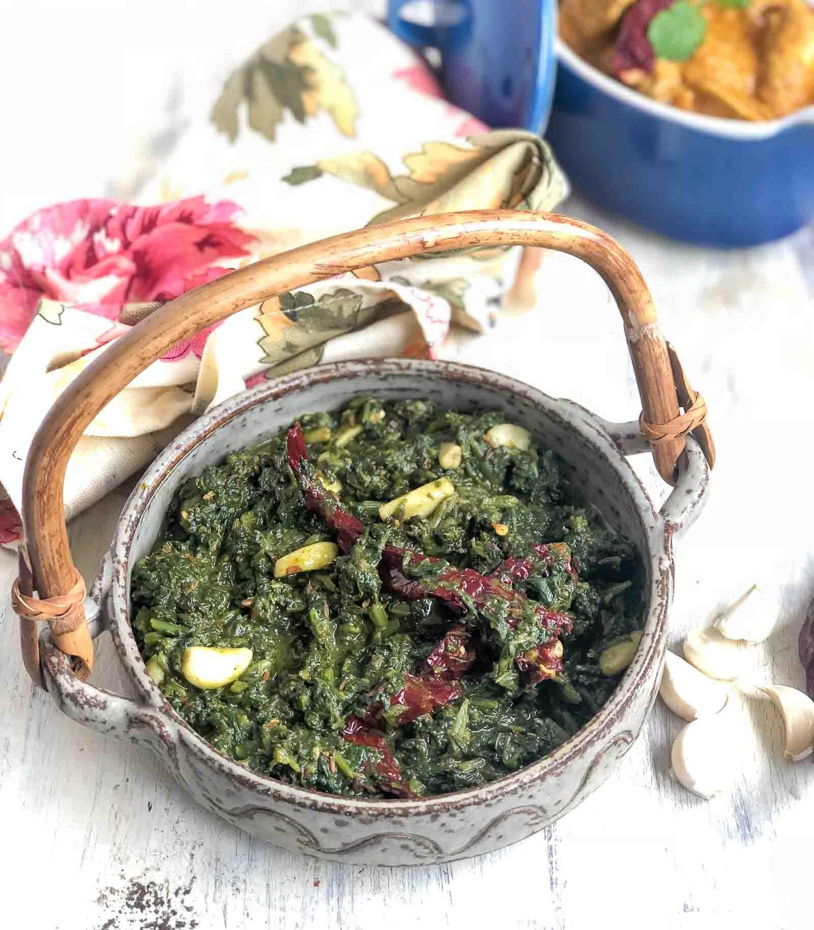 काश्मिरी साग- थंडीच्या दिवसात हा पदार्थ मोठ्या प्रमाणात केला जातो. कांदे, टॉमेटो, हिरव्या मिरच्या आणि मसाले टाकून हा पदार्थ तयार केला जातो.