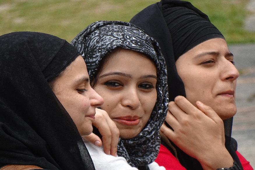 महिला साक्षरतेच्या दरातही जम्मू- काश्मीर हा देशातील इतर राज्यांपेक्षा अव्वल आहे. इथल्या महिलांचं साक्षरतेचं प्रमाण सर्वात जास्त आहे. महिला साक्षरतेमध्ये देशाचा सरासरी दर 68.4 टक्के आहे , तर जम्मू- काश्मीरमध्ये 69 टक्के महिला साक्षर आहेत. 10 वर्षांहून अधिक महिला शिक्षणाच्या दरात जम्मू- काश्मीर पुढे आहे. या प्रकरणी देशाचा सरासरी दर 35.7 टक्के आहे तर जम्मू- काश्मीरचा दर 37.2 टक्के आहे.