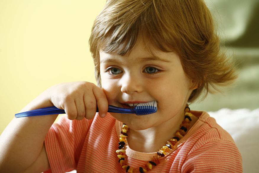 लहानपणी अनेकांना टूथपेस्ट खाण्याची सवय असते. लहानपणी ब्रशला टूथपेस्ट लावताना आई- वडिलांची नजर चुकवून पेस्ट खायली जायची. जस जसे मोठे होत गेलो तेव्हा टूथपेस्ट ही फक्त दात घासण्यापूरतीच मर्यादित राहिली.