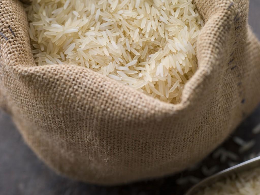 तांदुळ आणि गव्हाच्या पोत्यात चुन्याचा चुरा कपड्यात बांधून ठेवावा,त्याने कीड नाही लागत आणि कोरडेपणा राहतो.चुन्याऐवजी लाल मिरच्याही ठेवता येतील.