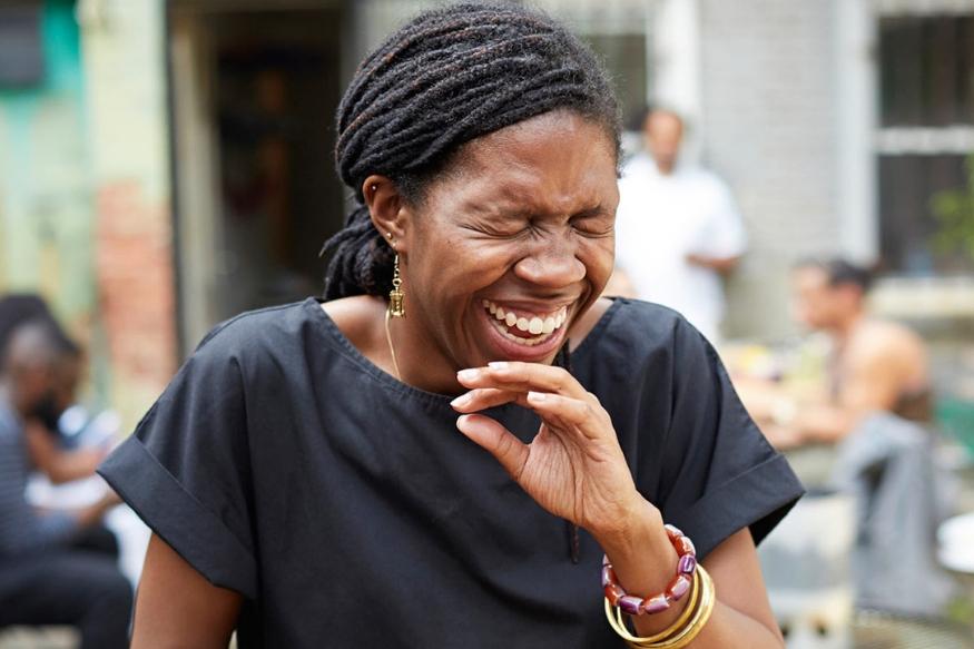 हसणं हे फक्त आरोग्यासाठीच नाही तर चेहऱ्यासाठीही फायदेशीर असतं. हसण्यामुळे चेहऱ्याच्या मांसपेशींचा व्यायाम होतो.