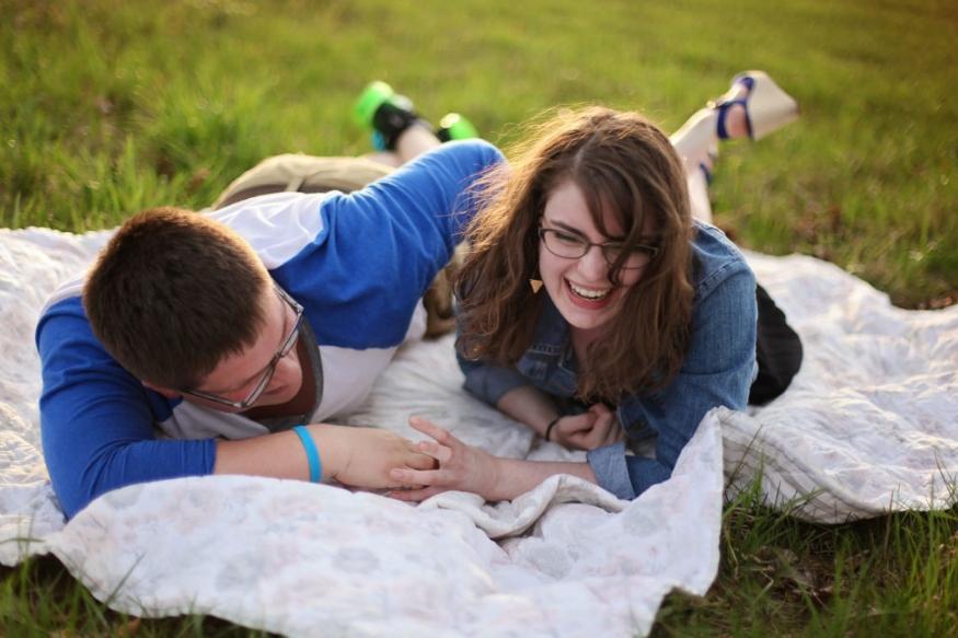 पोट धरून हसताना आपण दीर्घ श्वास घेण्याचा आणि सोडण्याचा प्रयत्न करतो. ज्यामुळे शरीरात ऑक्सिजनचं प्रमाण वाढतं. यामुळे मोठ्या काळासाठी तुम्ही उत्साही राहता.