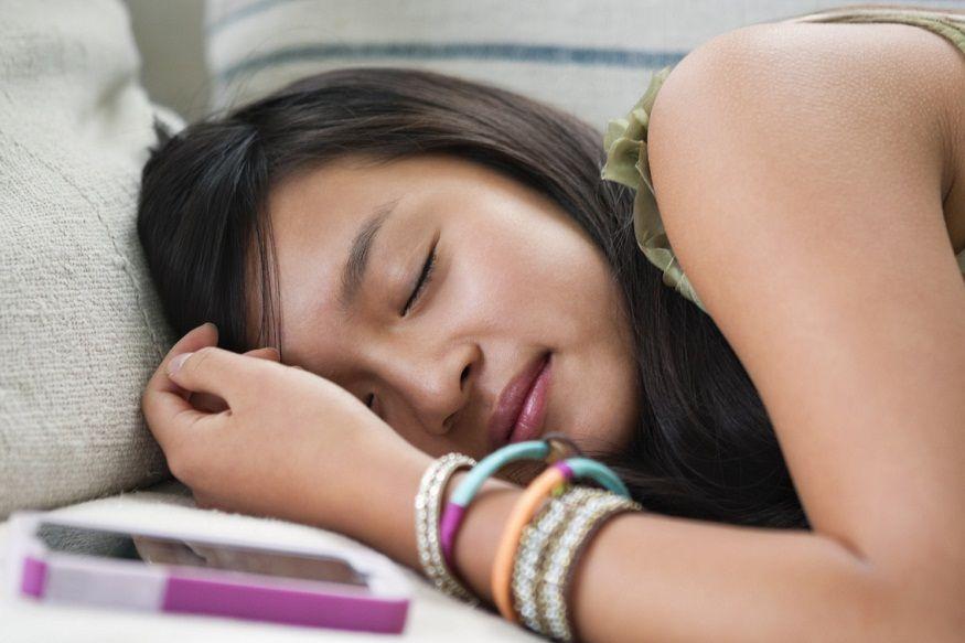 उशीच्या खाली- जर तुम्हाला आरामदायी झोप येत नसेल तर त्याचं मुख्य कारण आहे तो तुमचा फोन. फोनची निळी लाइटचा मेदूवर प्रभाव पडतो, ज्यामुळे मेंदू सतत चालू राहतो आणि स्लीप मोडमध्ये जात नाही.