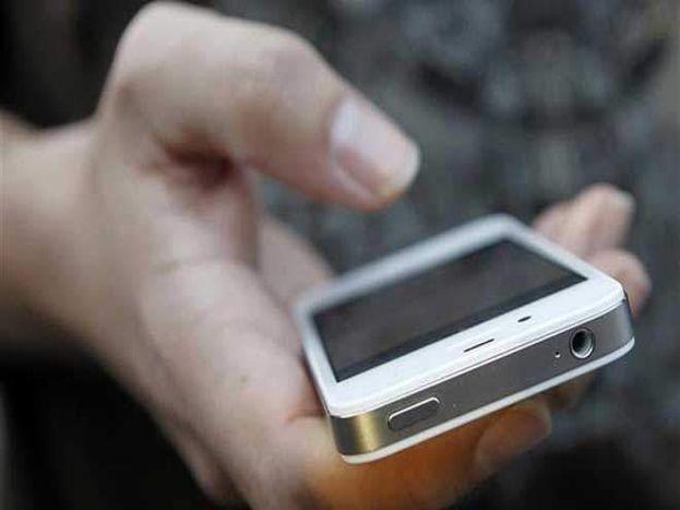 मोबाइलमुळे तुम्ही आपल्या लोकांच्या जवळ राहता याशिवाय मोबाइलमुळे सुरक्षितही वाटतं. मोबाइल सोबत ठेवण्याचे एक ना अनेक कारणं आहेत. पण म्हणून प्रत्येक ठिकाणी मोबाइल नेऊ नये. याचा विपरित परिणामही होऊ शकतो.