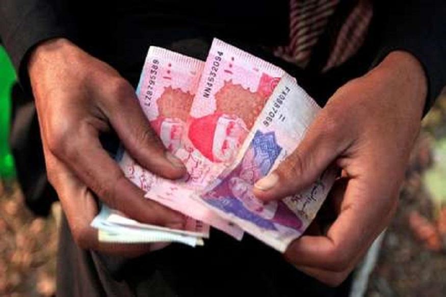 पाकिस्तानात हाहाकार! भारताच्या दुप्पट किमतीत विकलं जातंय सोनं