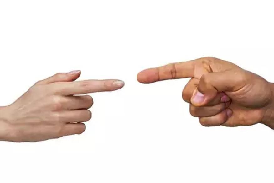 बहुतांश लोकांना रिकाम्यावेळी डोळे चोळायची, कान तसेच नाक खाजवायची सवय असते. आपल्या अंगावर असे अनेक किटाणू असतात ज्यांना कळत- नकळत हात लावणं भारी पडू शकतं. एवढंच नाही तर यामुळए इन्फेक्शनही होऊ शकतं. शरीराचे ते कोणते अवयव आहेत ज्यांना वरचेवर हात लावल्यावर आपण आजारी पडू शकतो याबद्दल जाणून घेऊ.