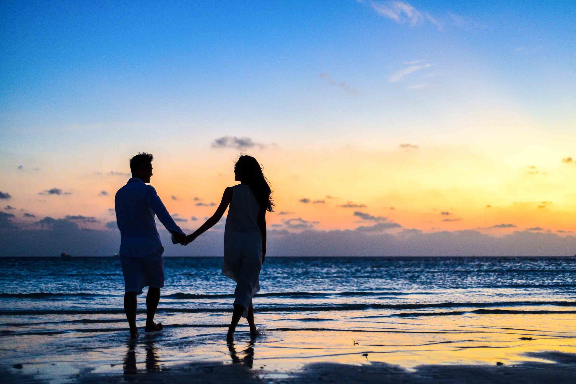 महिला आणि पुरुष यांच्यावर मेसेजचा परिणाम हा वेगवेगळ्या पद्धतीने होत असतो. जेव्हा पुरुष त्यांच्या  नात्याबद्दल संतुष्ट नसतात तेव्हा ते आपल्या पार्टनरला मेसेज करतात. तर महिला या नात्यात आलेल्या समस्या संपवण्यासाठी आणि पार्टनरला मनवण्यासाठी मेसेज करतात.