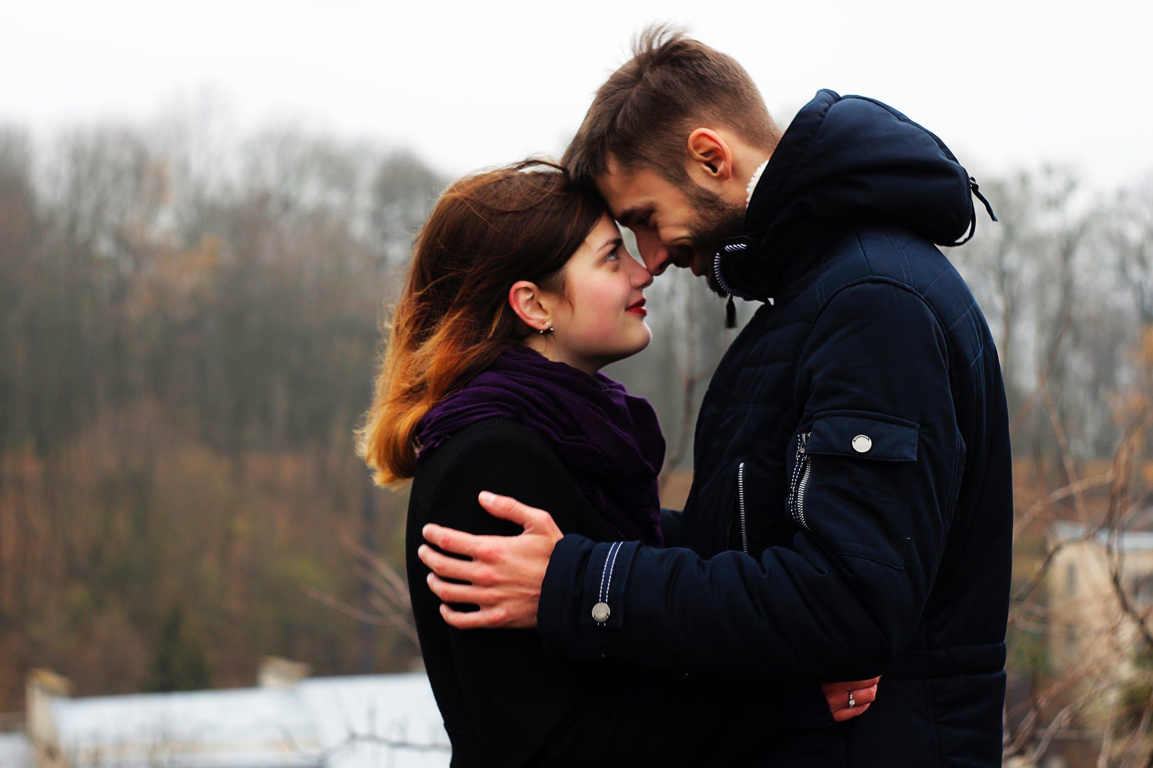 नियमित शारीरिक संबंधांमुळे हार्मोनल लेवल बॅलन्स राहते. तज्ज्ञांच्या मते, जर नियमित शारीरिक संबंध नसतील तर स्त्रीयांच्या मासिक पाळीवर याचा परिणाम होतो.