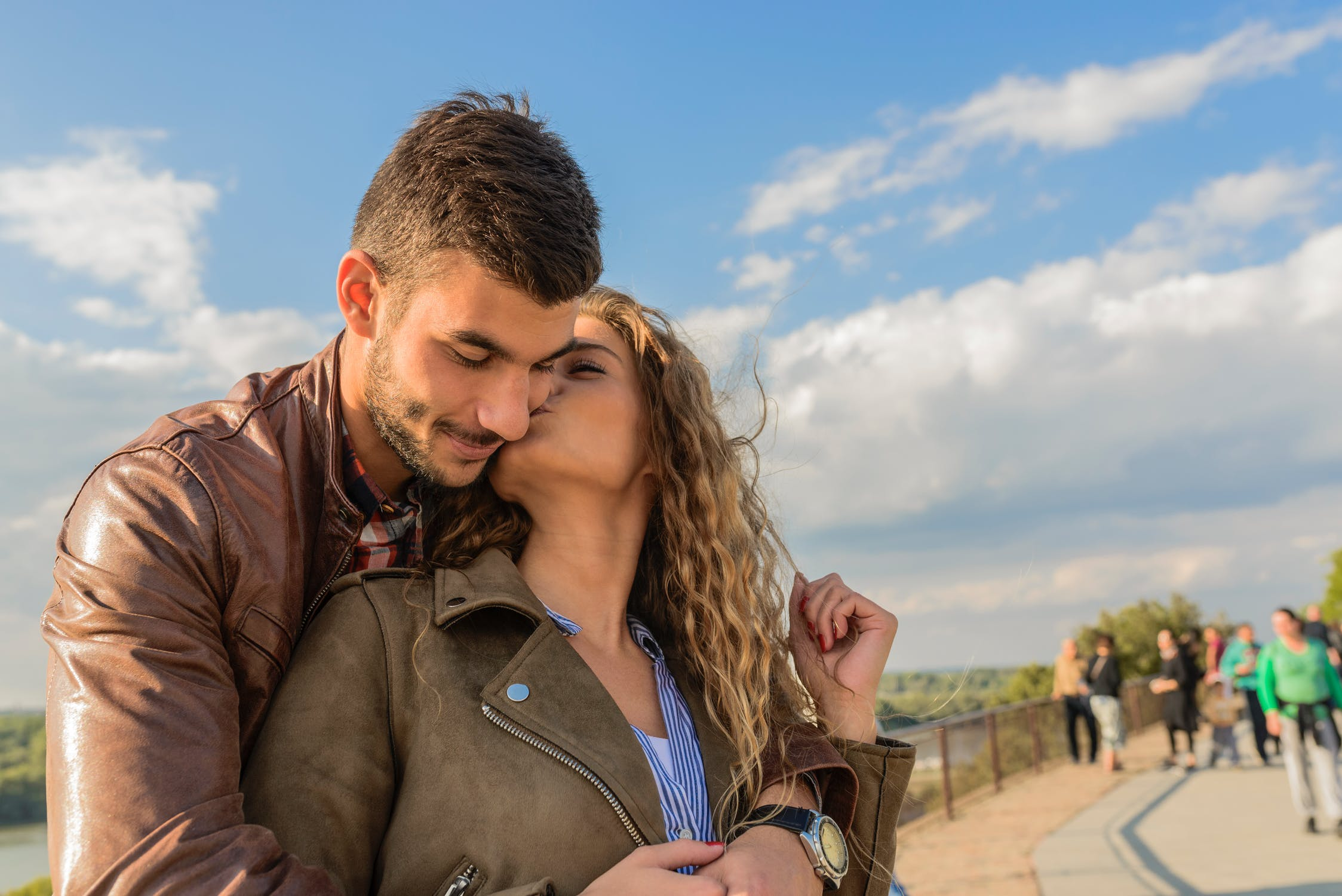 जोडीदारासोबत शारीरिक संबंध ठेवल्यामुळे दोघंही भावविकरित्या एकमेकांमध्ये गुंतले जातात. तज्ज्ञांच्या मते, जोडीदारासोबतचे शारीरिक संबंध कमी झाले तर दोघंही एकमेकांपासून भावनिकरित्या दूर जाऊ लागतात.