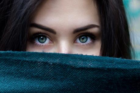 डोळे- फावल्या वेळात अनेकांना डोळ्यांना हात लावायची किंवा डोळे चोळायची सवय असते. काही लोकांचा हात सतत डोळ्यांभोवतीच जात असतो. हे तर साऱ्यांनाच माहीत आहे की, डोळे हा शरीराचा नाजूक भाग आहे. डोळे चोळताना हात आणि नखातील किटाणू डोळ्यात जातात. यामुळे डोळ्याचे गंभीर आजार होऊ शकतात.