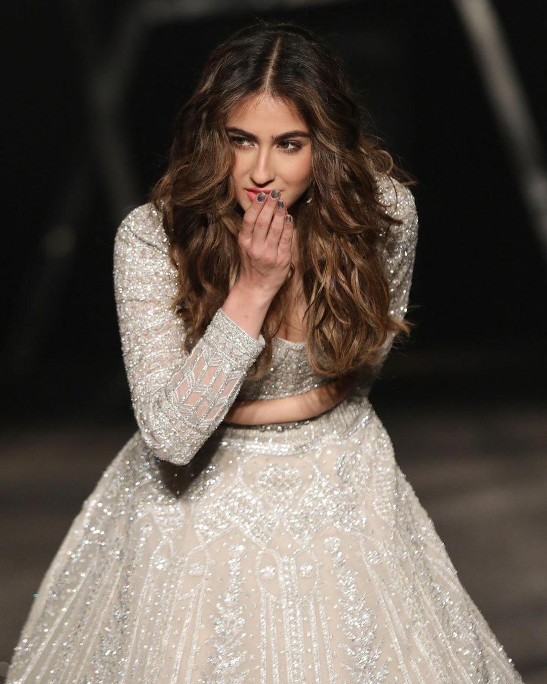 बॉलिवूड अभिनेत्री साला अली खान आज तिचा 24 वा वाढदिवस साजरा करत आहे. सारा ही सैफ अली खान आणि अमृता सिंगची मुलगी आहे. अमृताशी घटस्फोट घेतल्यानंतर सैफने करिना कपूरशी लग्न केलं.