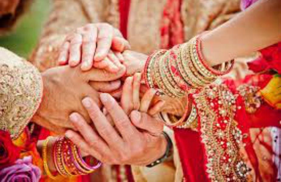 पाहुण्यांची यादी आणि लग्न स्थळ टाकणं- सोशल मीडियावर लग्नाशी निगडीत प्रत्येक गोष्ट शेअर करण्याची अनेकांना हुक्की येते. मात्र नेमकी याच गोष्टीवर तुम्हाला संयम राखायचा आहे. तुमचं लग्न कुठे आहे आणि कोणकोण पाहुणे येणार आहे याची माहिती सोशल मीडियावर शेअर करू नका.