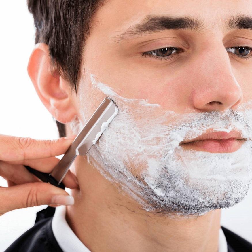 अनेकदा पुरूष जेव्हा दाढी करतात त्यानंतर त्यांना त्रास व्हायला लागतो. हा त्रास दाढी करताना केलेल्या चुकांमुळे होतो. तुम्हालाही अशाच प्रकारचा त्रास होत असेल तर तुम्हीही काही चुका करत आहात हे लक्षात ठेवा.